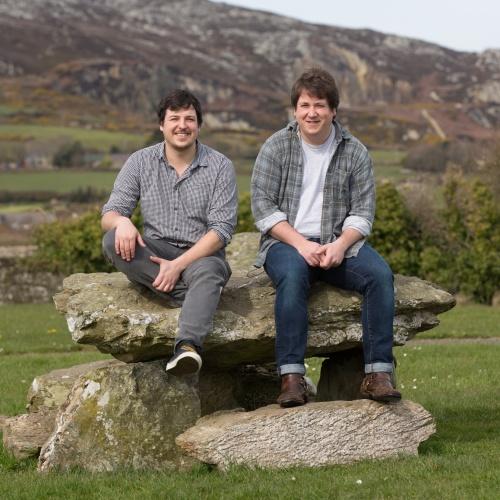 Aled a Dafydd Hughes, sy'n arwain tîm creadigol Prosiect Hedd Wyn